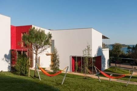 Invia – Amarin Resort Apartments,