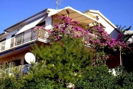 Invia – Apartmány Antunović Domjan, Podgora