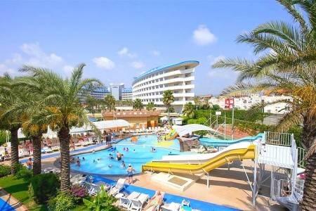 Invia – Crystal Admiral Resort Suites & Spa,