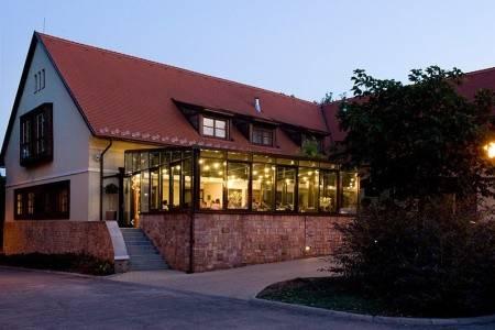 Invia – Jankovich Kúria Wellness Hotel, Stred okolia Dunaja