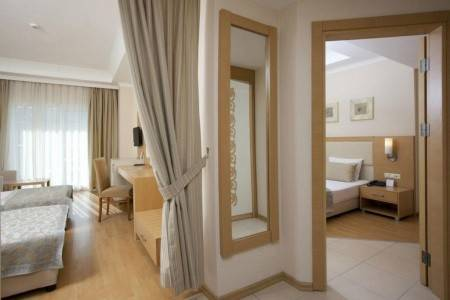 Invia – Titan Select Hotel,