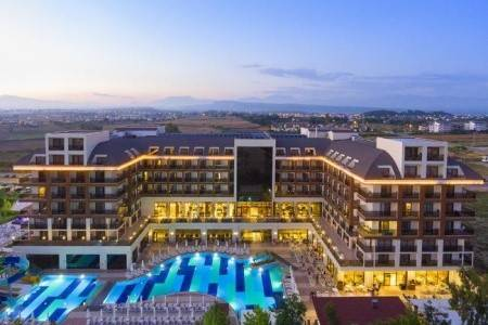 Invia – Glamour Resort & Spa,